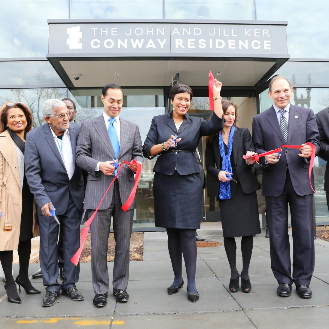 DC Mayor cutting ribbon outside of new apartment building